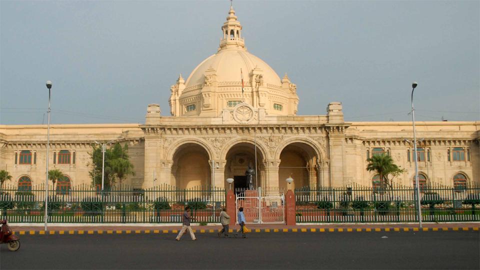 Uttar pradesh vidhan sabha, principal secretary pradeep dubey, regret on lucknow Journalist misbehave, divyasandesh